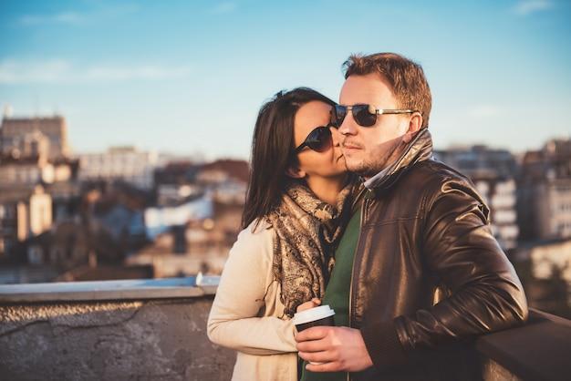 Casal desfrutando no telhado