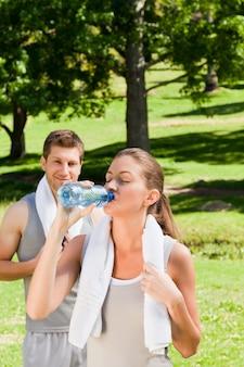 Casal desportivo no parque