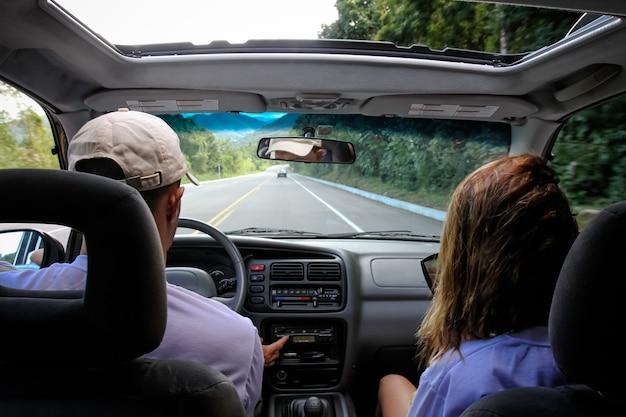 Casal dirigindo para north beach