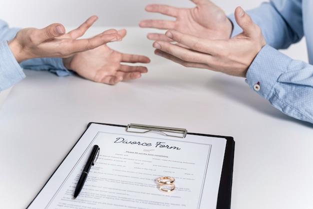 Casal discutindo antes de assinar o formulário de divórcio