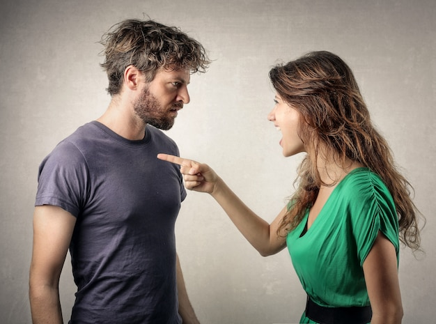 Casal discutindo e tendo problemas