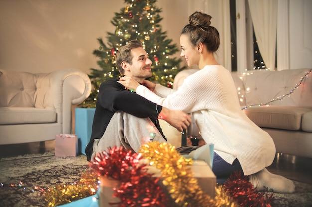 Casal doce embrulhar presentes de natal