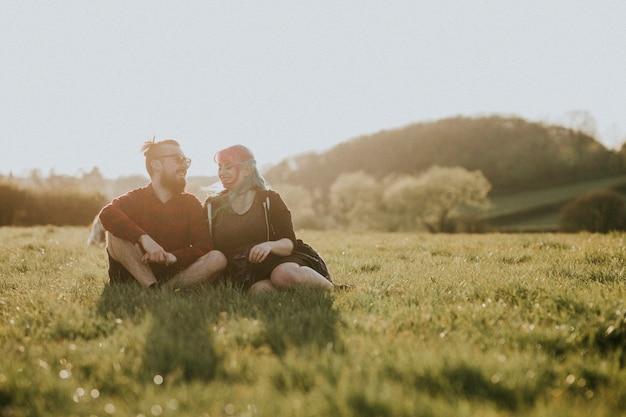 Casal doce sorrindo um para o outro