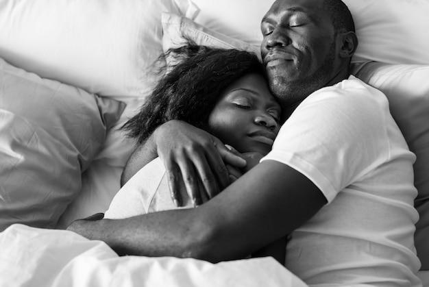 Casal dorme junto