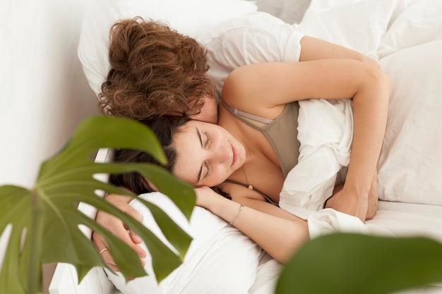 Casal dormindo juntos em ângulo alto