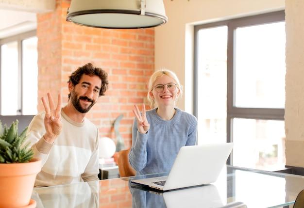 Casal e mulher parecendo amigáveis, mostrando o número um ou primeiro com a mão para a frente, em contagem regressiva