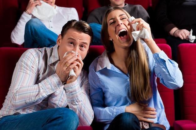 Casal e outras pessoas no cinema