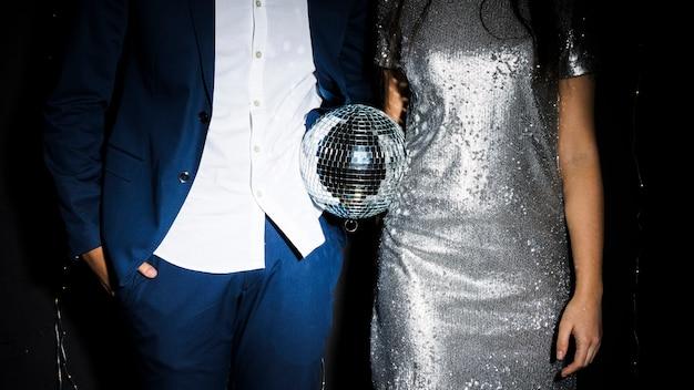Casal elegante com bola de discoteca