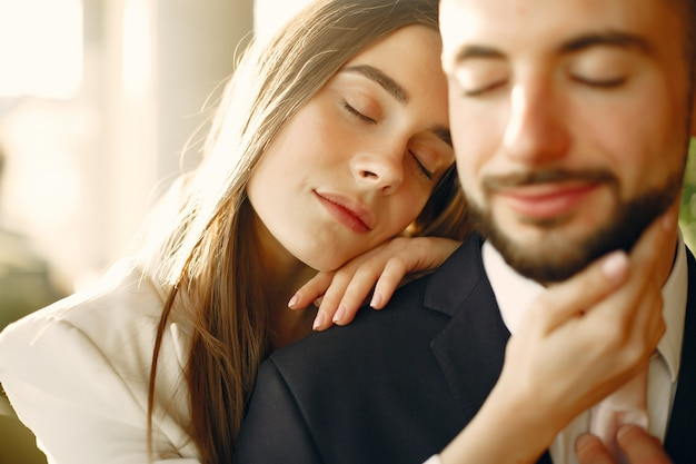 Casal elegante de terno passa o tempo em um café