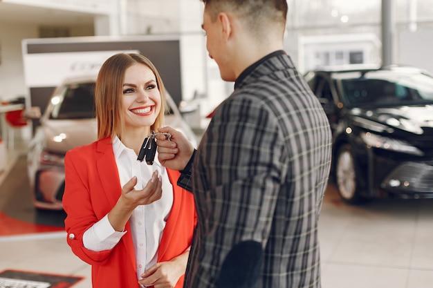 Casal elegante e elegante em um salão de carro