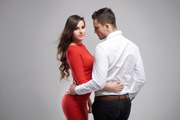 Casal elegante em cinza