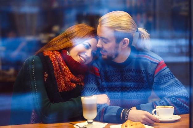 Casal elegante em um café