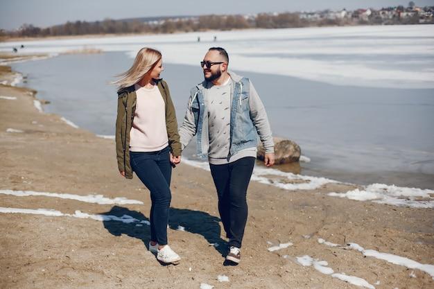 Casal elegante em um parque de inverno