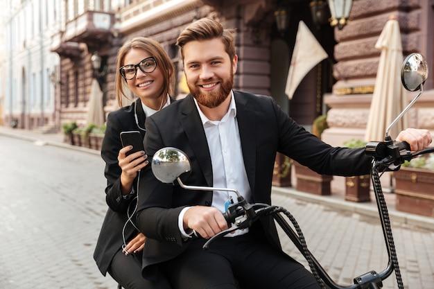 Casal elegante feliz passeios de moto moderna ao ar livre