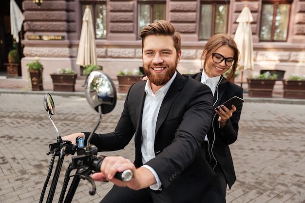 Casal elegante feliz passeios de moto moderna