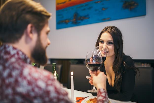 Casal elegante jantando no restaurante