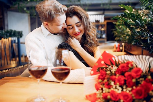 Casal elegante passa o tempo em um restaurante