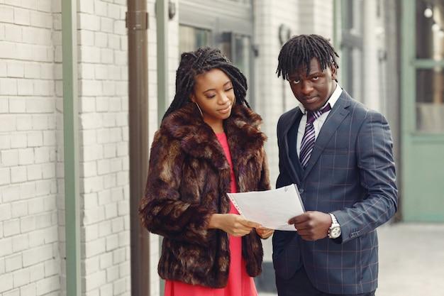 Casal elegante preto de negócios
