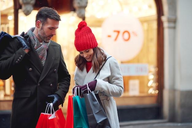 Casal em algumas sacolas de compras no inverno