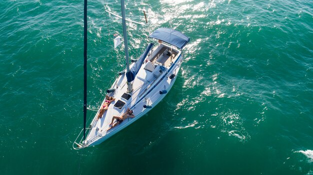Casal em barco à vela