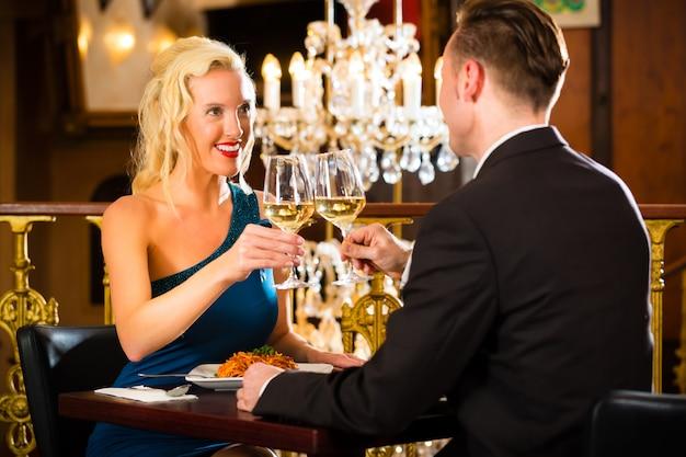 Casal em bom restaurante