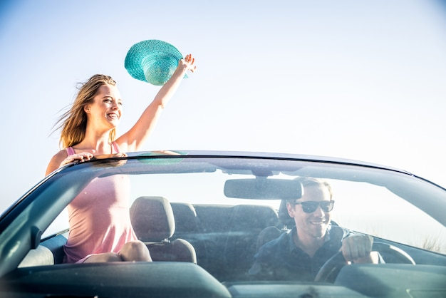 Casal em carro conversível