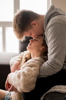 Casal em casa beijando