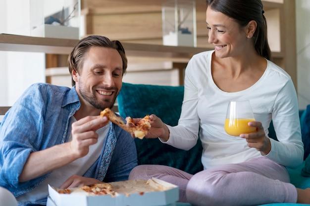 Casal em casa comendo juntos