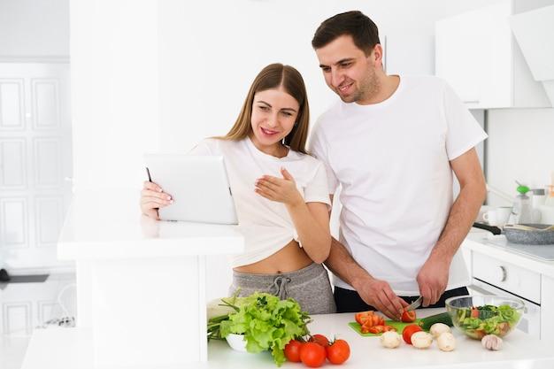 Casal em casa cozinhando