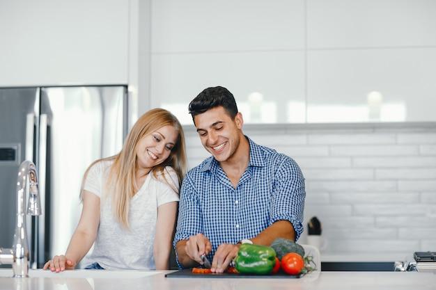 Casal em casa em uma cozinha