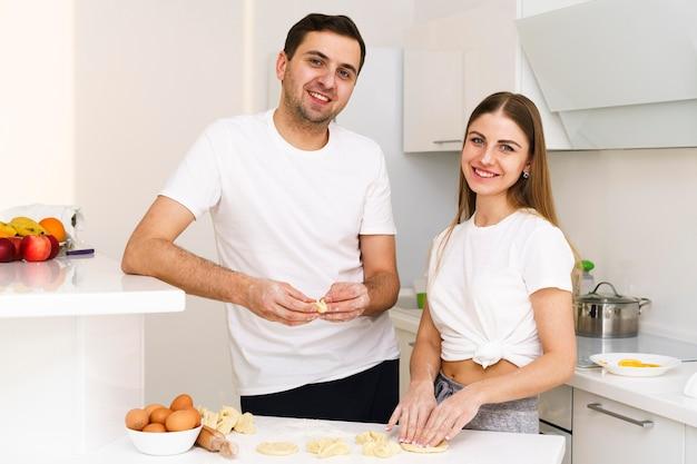 Casal em casa fazendo massa