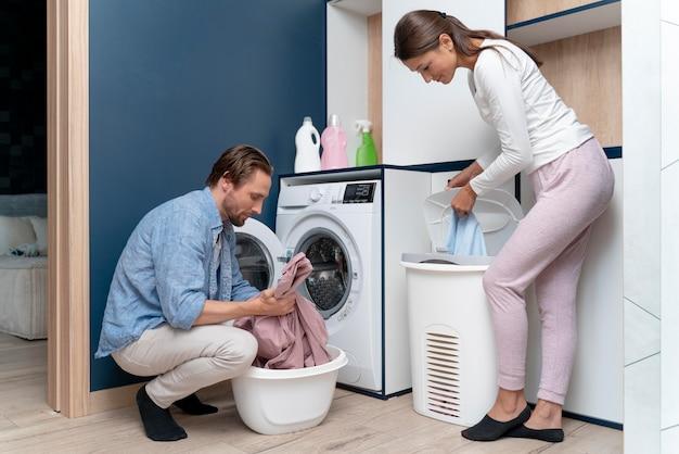 Casal em casa fazendo tarefas domésticas