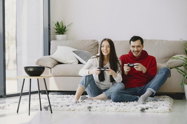 Casal em casa jogando videogame