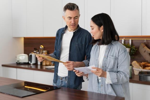 Casal em casa lendo correspondência