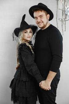 Casal em casa no halloween