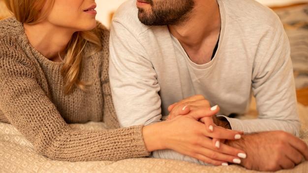 Casal em close relaxando dentro de casa