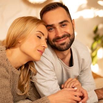 Casal em close relaxando
