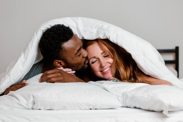 Casal em close sob o cobertor