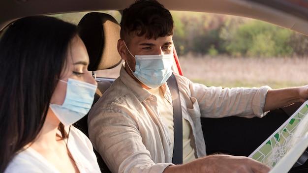 Casal em close usando máscaras médicas