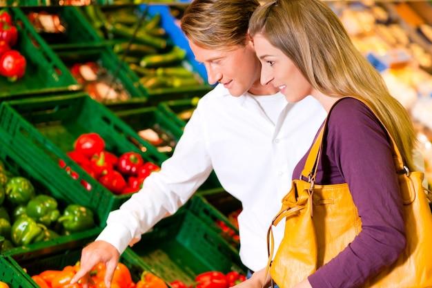 Casal em compras de supermercado