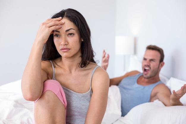 Casal em discussão na cama