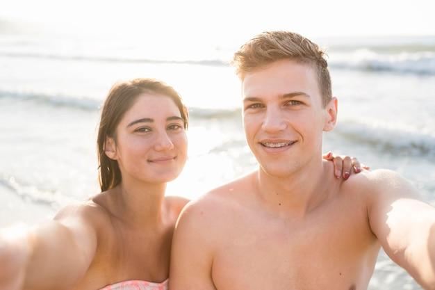 Casal em foto média tirando selfie