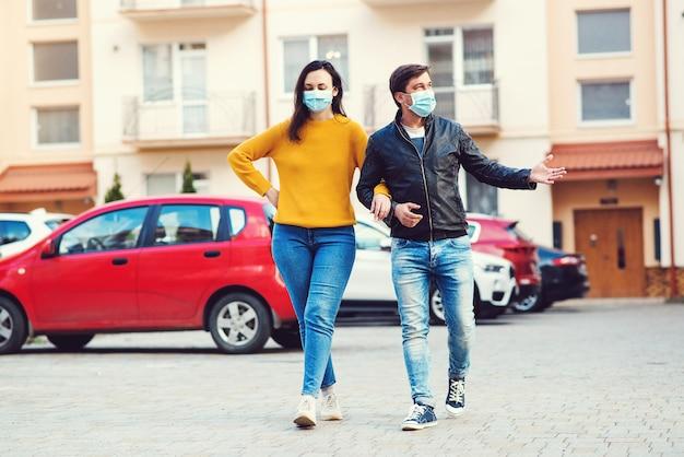 Casal em máscara médica para evitar a infecção se espalhe de covid-19. quarentena do coronavírus.