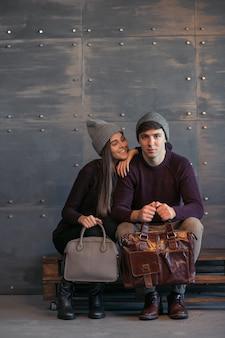 Casal em panos de inverno em estúdio