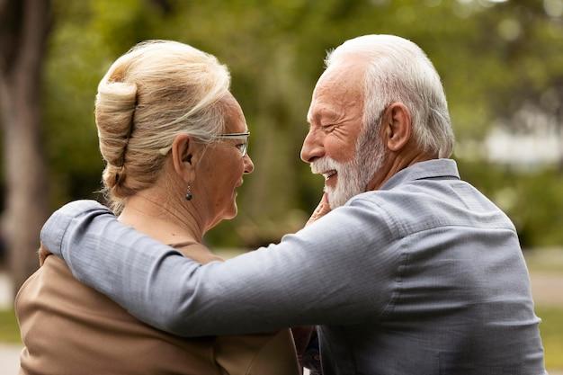 Casal em plano médio conversando ao ar livre