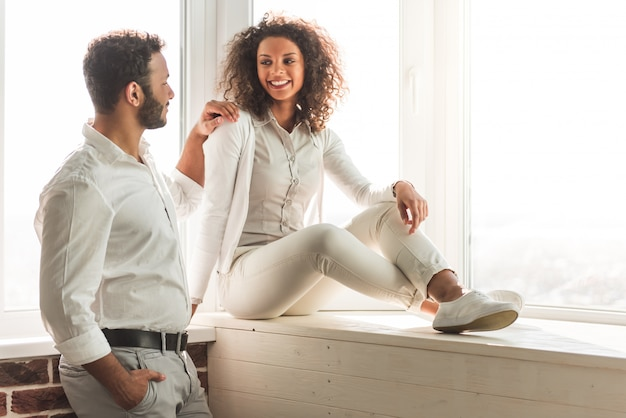 Casal em roupas casuais inteligentes está conversando e sorrindo