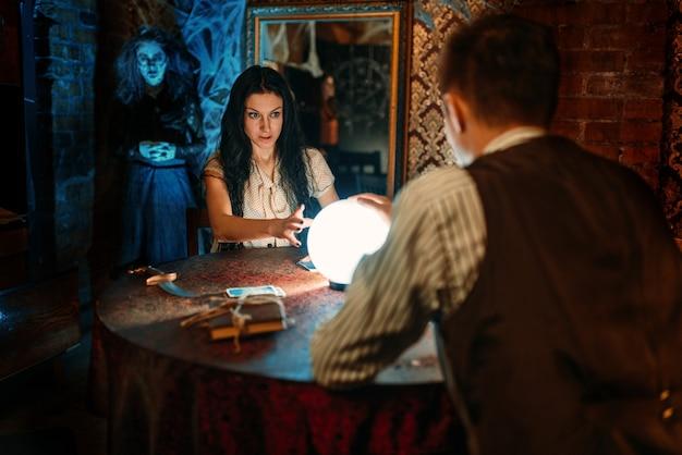 Casal em sessão espiritual, bruxa