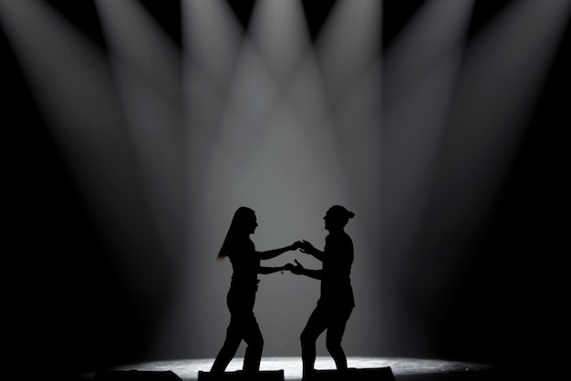 Casal em silhueta dançando salsa, dança latina