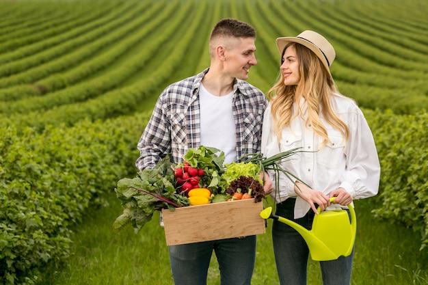 Casal em terras agrícolas