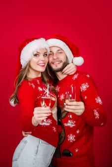 Casal em trajes de ano novo conceito de relacionamento ano novo casal ano novo anúncio de ano novo